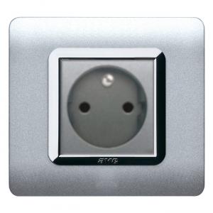 srebrne gniazdo elektryczne