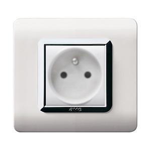 białe nowoczesne gniazdo elektryczne