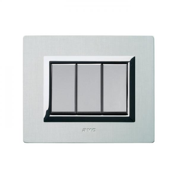 biała ramka włącznika światła aluminium szczotkowane